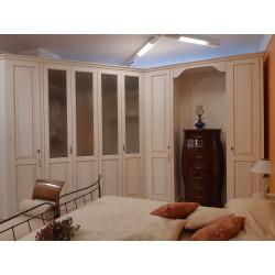 Cabina armadio bianca in legno artigianale